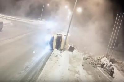 Опрокидывание фуры на въезде в Новокузнецк попало на видео