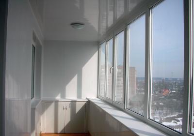 Кемерове пятилетний мальчик чуть не вышел на улицу через балкон квартиры на третьем этаже