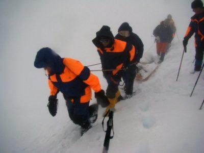 Буран мешает спасателям найти кузбассовца, провалившегося в расщелину в горах Алтая