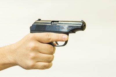 В Кемерове пенсионер выстрелил из пистолета в 14-летнюю девочку из-за стука в дверь