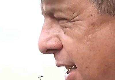 Президент Коста-Рика съел осу во время общения с журналистами