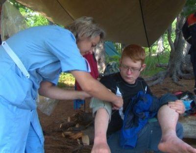Кузбасские спасатели помогли 17-летнему петербуржцу, повредившему ногу во время похода