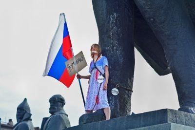 Уроженка Кузбасса приковала себя с флагом России к памятнику Ленину в Новосибирске
