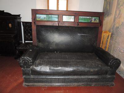 Новокузнечанка передала в музей «Кузнецкая крепость» уникальный диван
