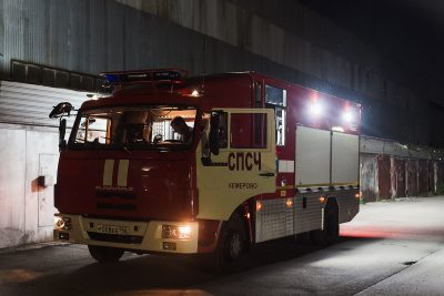 В Кузбассе спасатели эвакуировали из двух горящих пятиэтажек 34 человека, в том числе 14 детей
