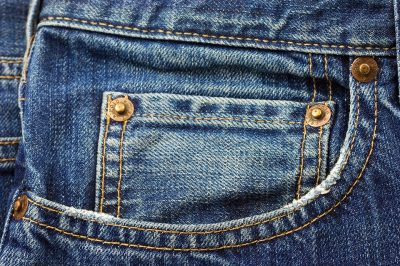 В кемеровском ТРК нашли поддельные джинсы известного бренда