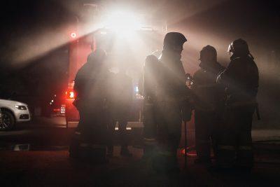 В Кемерове спасатели через балкон по лестнице спасли женщину из горящей квартиры