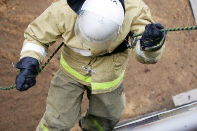 Утром в Новокузнецке из горящей пятиэтажки спасли человека