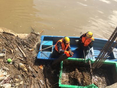 В Кемерове спасатели начали очищать от мусора русло Искитимки