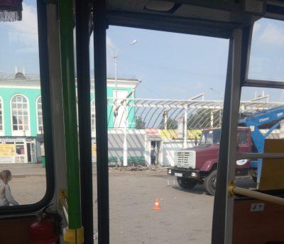 В Кемерове навес на привокзальной площади признали аварийным, его демонтировали