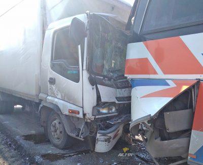 На трассе Кемерово-Новосибирск столкнулись автобус и грузовик