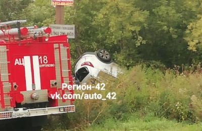 На кузбасской трассе автомобиль влетел в дерево, один человек погиб