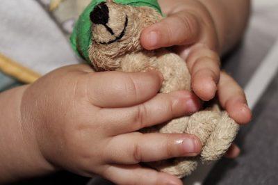 Кемеровские полицейские вернули домой сбежавшего от матери двухлетнего мальчика