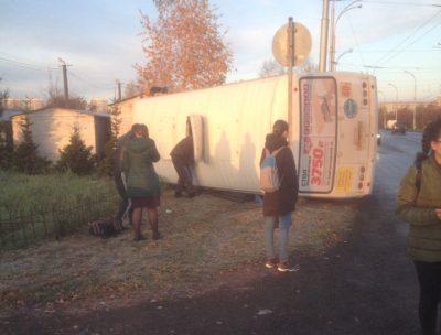 Фото: в Кемерове маршрутка упала на бок