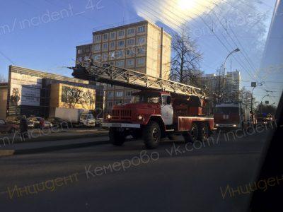 Видео: кемеровским пожарным пришлось просто так стать «людьми-пауками»