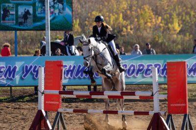В Кемерове открыли соревнования по конному спорту памяти погибшей в «Зимней вишне» девочки