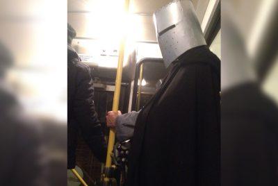 Средневековый рыцарь катался в кемеровской маршрутке