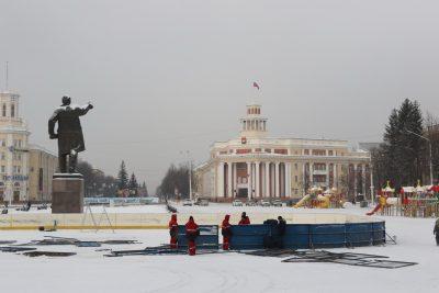 В центре Кемерова монтируют хоккейную коробку