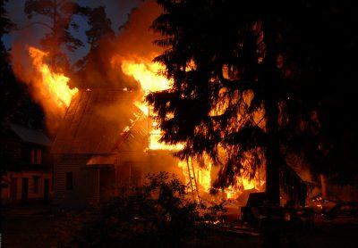 Фото: в Новокузнецке сотрудники ГИБДД спасли семью от гибели на пожаре