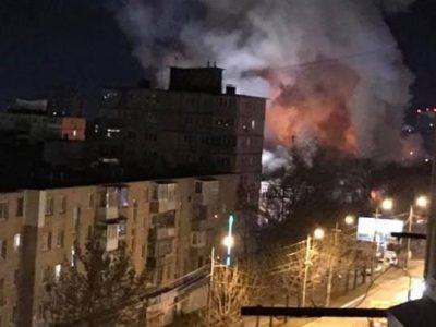 Фото: во Владивостоке почти 10 часов горит крупный торговый центр