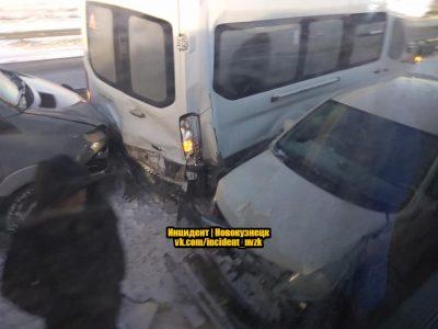 Три автобуса и несколько «легковушек»: на кузбасской трассе произошло массовое ДТП