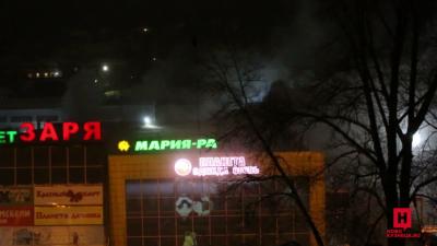 Пожар в новокузнецком ТЦ потушили спустя два часа