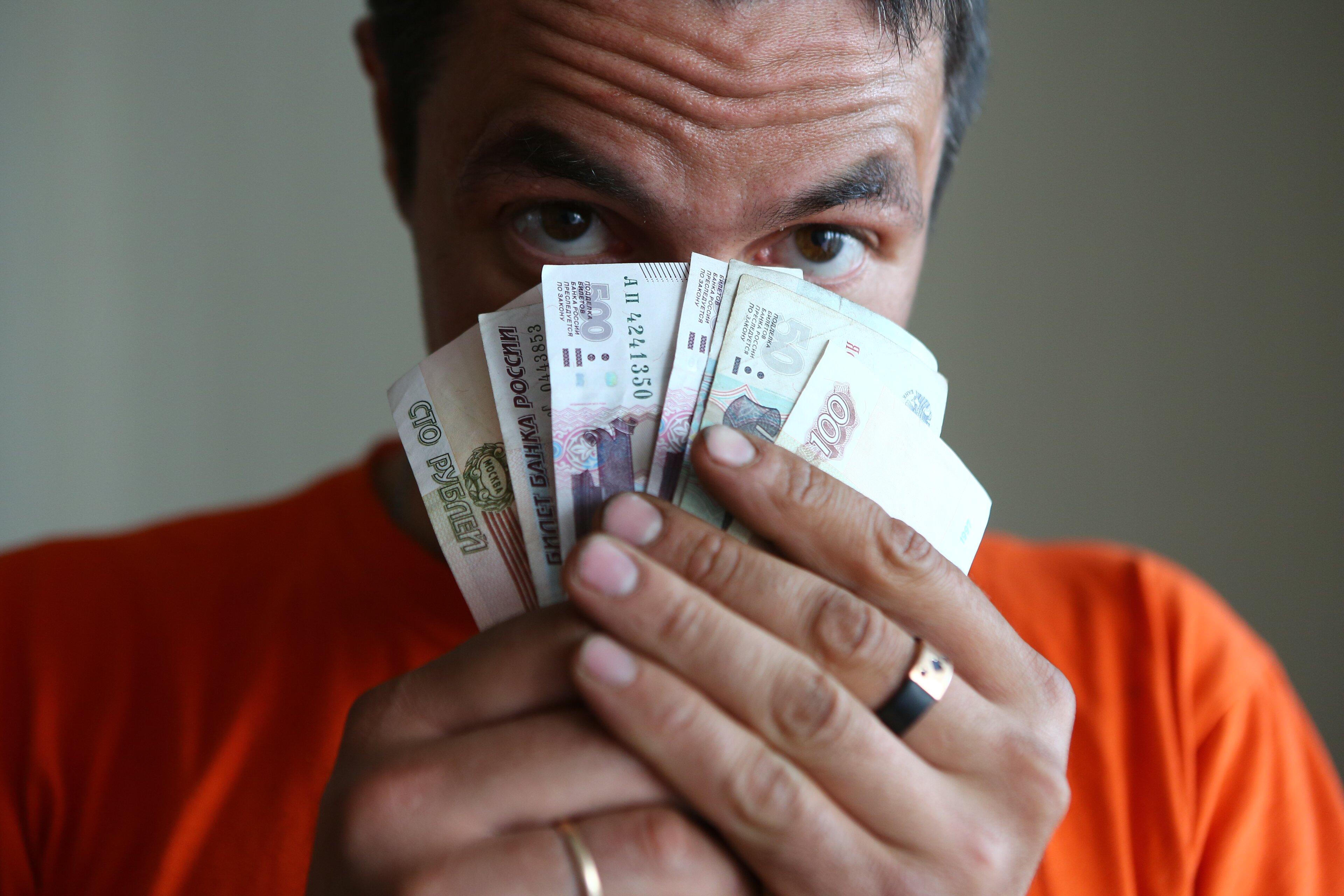 осужден такому фото людей с деньгами в руках долгих лет попала