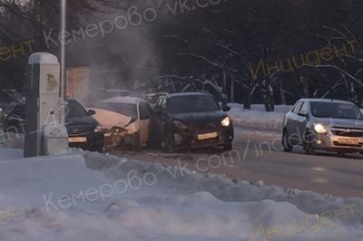 В лобовом ДТП в Кемерове на Мичурина мужчина травмировал голову