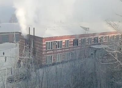 Из окон валит дым: в Кузбассе загорелась автобаза с людьми внутри
