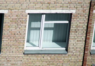 Кузбассовец выпал из окна четвёртого этажа и выжил