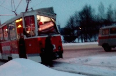 Фото: в Кузбассе автокран смял крышу трамвая