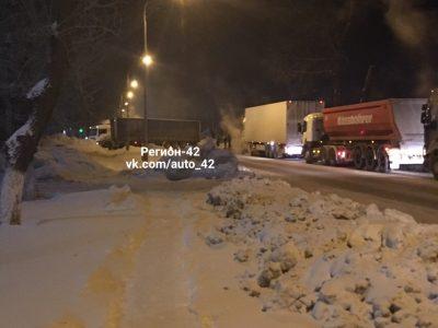 В Кемерове фура перекрыла дорогу