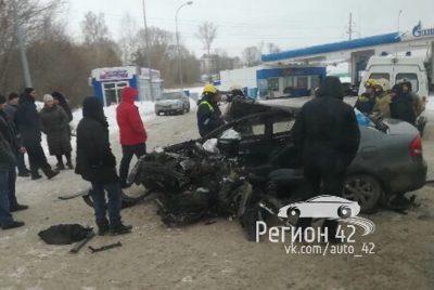 Видео: в Кемерове водителя зажало в искорёженном авто