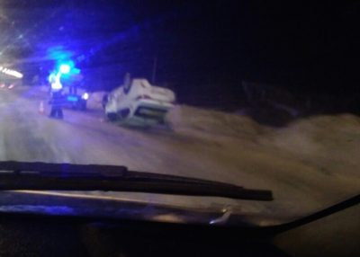 Фото: в Кемерове после лобового ДТП перевернулось такси, есть погибший