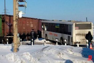 Рваные и резаные раны, переломы: подробности ДТП с автобусом и поездом под Новокузнецком