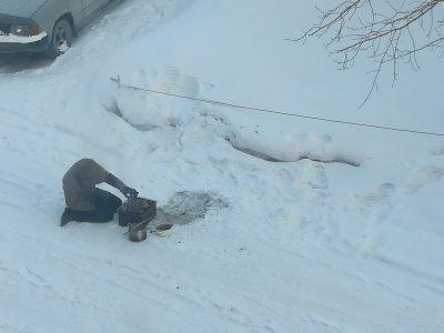 Фото: кемеровчане в лютый мороз жарят на улице шашлыки