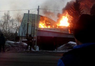 Видео: в Кемерове полыхает жилой дом, перекрыта дорога
