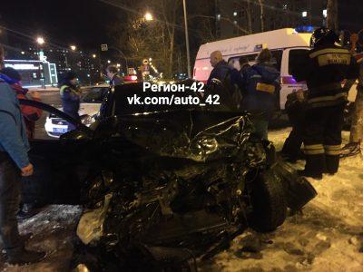 Легковушка всмятку и пострадавший: фото серьёзного ДТП в Кемерове