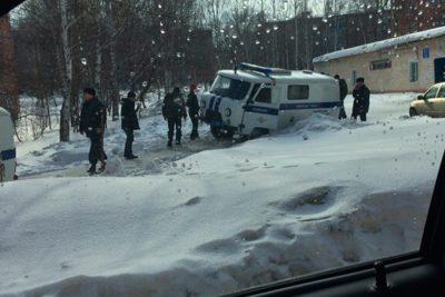 В Кузбассе две полицейские машины срезали дорогу и попали в плен