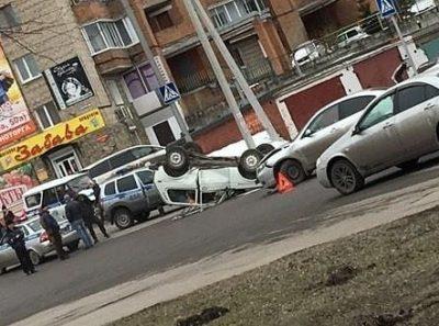 Вверх колёсами и двое пострадавших: серьёзное ДТП в Прокопьевске