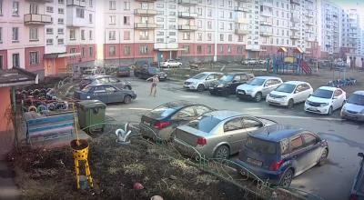 Видео: голый кузбассовец выпал из окна и разбил трубой несколько машин