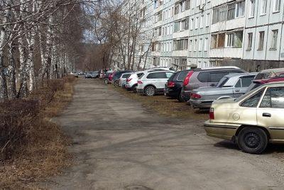 Фото: кемеровчане массово паркуются на газонах