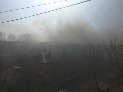 Клубы черного дыма и вонь: в Кемерове горели две многоэтажки напротив друг друга