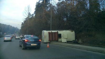 Фото: в Кемерове маршрутка завалилась на бок