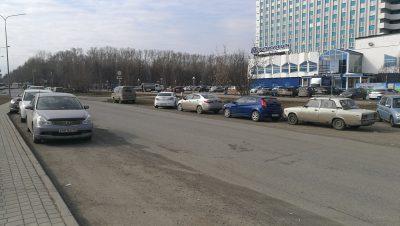 Фото: из-за платной парковки в центре Кемерова водители рискуют своими авто