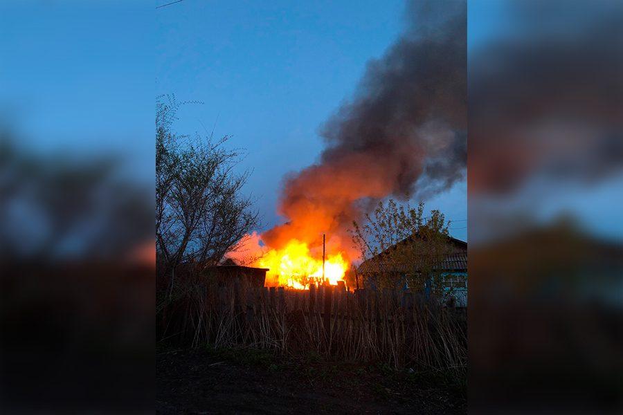 Видео: в Кузбассе полыхали частные строения