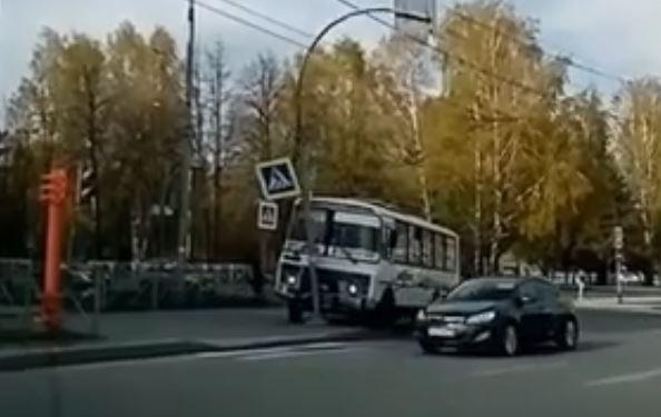 Видео: в Кемерове неадекватный водитель маршрутки снёс столб