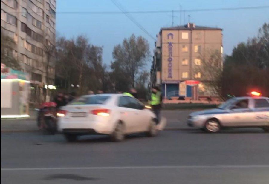 Видео: в Кемерове столкнулись мотоцикл и легковушка
