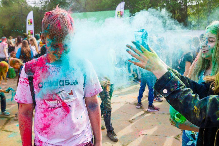 Цветные кемеровчане: как в городе прошли краски Холи