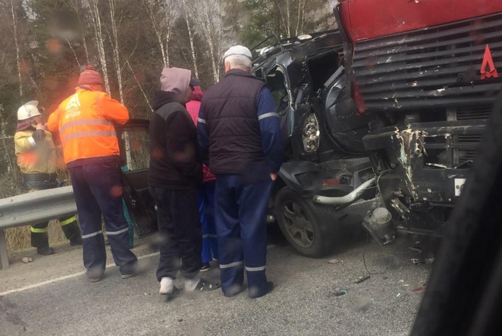 Легковушку расплющило: фото страшного ДТП на кузбасской трассе